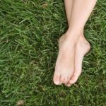 5 remèdes populaires simples pour les pieds transpirants pieds
